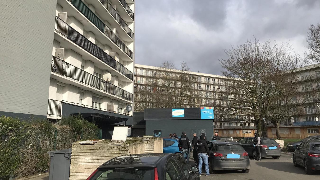 Le suspect a été interpellé entre les tours de la rue Jean-Giraudoux à Lille-Sud. Photo Archives