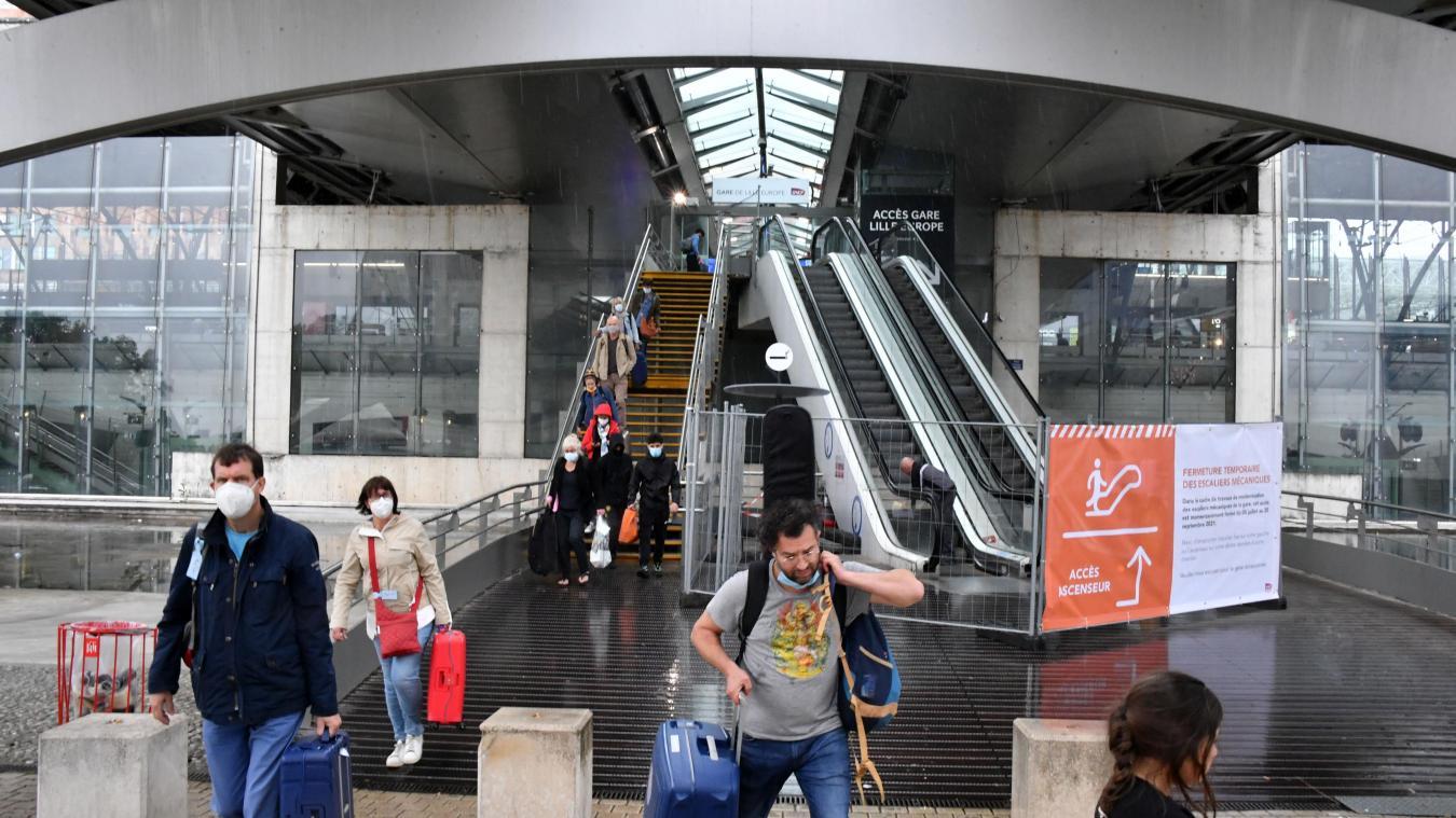 Depuis ce lundi, les voyageurs ne peuvent plus emprunter les deux escaliers mécaniques qui relient la gare à la place François-Mitterrand. Les travaux doivent durer jusqu'au 20 septembre. PHOTO PIERRE LE MASSON LA VOIX DU NORD