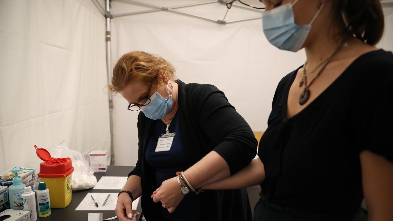 Le TROD sérologique lors de la première injection permet de repérer une personne ayant été en contact avec le SARS-CoV-2 sans symptôme, et réduire le schéma vaccinal à une seule dose. Photo Alexis Christiaen (Pib)