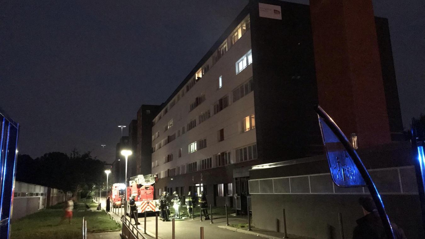 Les pompiers ont longuement inspecté le bâtiment.