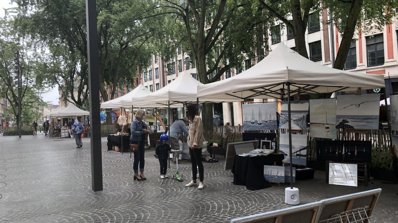 Ils sont en moyenne 16 artistes, chaque samedi de juillet, à exposer sous tente sur le parvis Saint-Maurice.