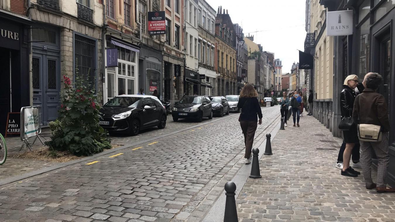 Avec ses pavés polis par le temps (bein que refaits récemment!), la rue Basse est l'une des plus anciennes voies de Lille. Photo La Voix