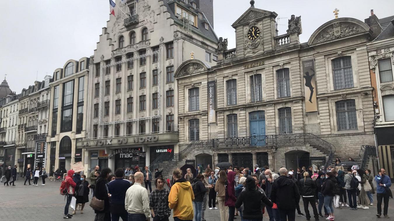 Le rassemblement «spontané» est arrivé vers midi sur la Grand-Place à Lille.