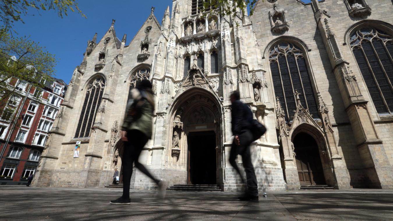 Un jeune homme jugé pour une série de vols de téléphone dont un appartenant à une dame de 73 ans, sur le parvis Saint-Maurice à Lille. PHOTO ARCHIVES BAZIZ CHIBANE