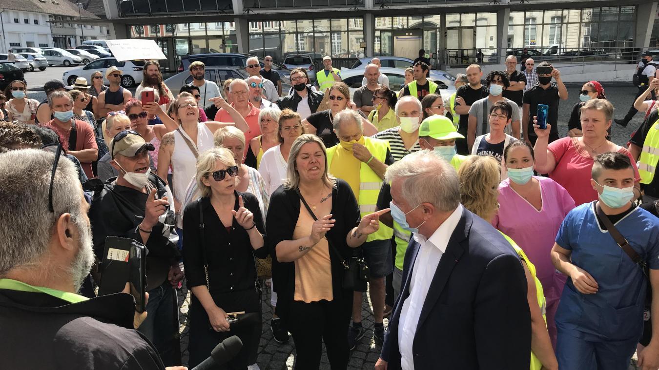 Pass sanitaire: le député Guy Bricout pris à partie par des manifestants à Cambrai, la vidéo vue plus de 150 000 fois