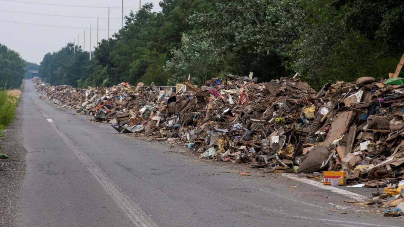 Belgique: après les inondations, 8km de déchets s'entassent sur une autoroute fantôme