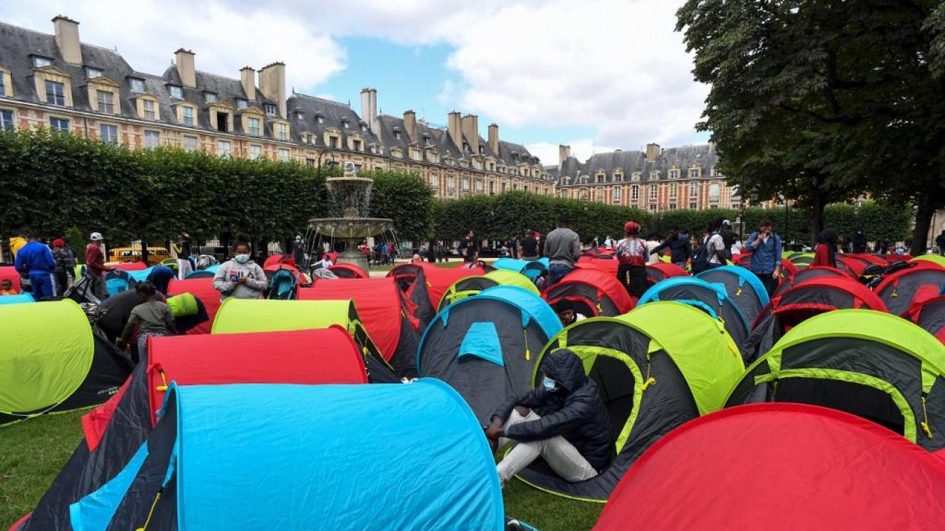 Paris: 400 sans-abri installent leurs tentes sur la très chic place des Vosges