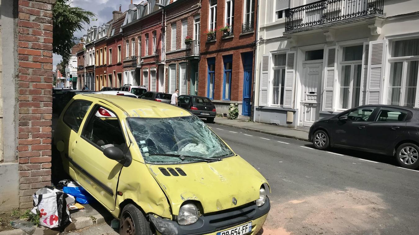 Lille : une voiture sur le toit dans la rue de la Louvière