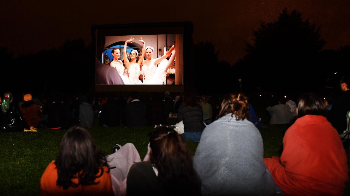 Lille : ils ont bravé la fraîcheur de la nuit pour la projection de «L'Opéra»