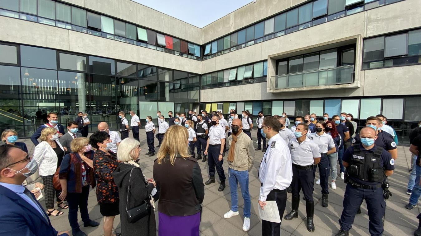 Les élus accueillis par le commissaire Aurélien Cros, chef de la division de police de Lille, ont rencontré les 86 policiers arrivants.
