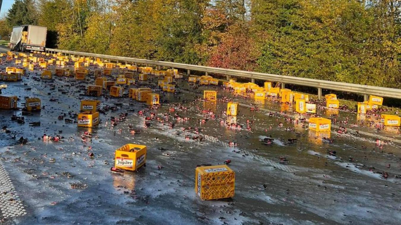Des centaines de bouteilles de Jupiler se brisent sur une autoroute belge