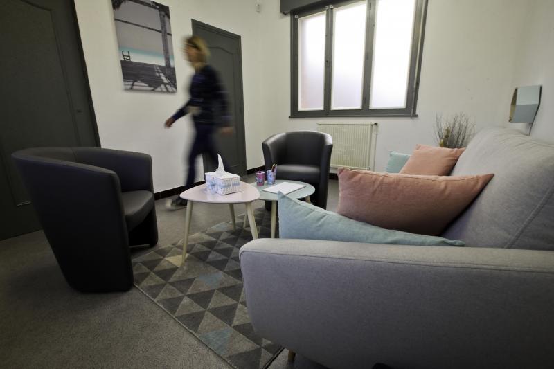 Un large canapé, des sofas, des coloriages posés sur la table : difficile de croire que l'on se trouve dans une salle d'audition de la gendarmerie nationale. Les enfants doivent s'y sentir à l'aise. Photo Sami Belloumi.