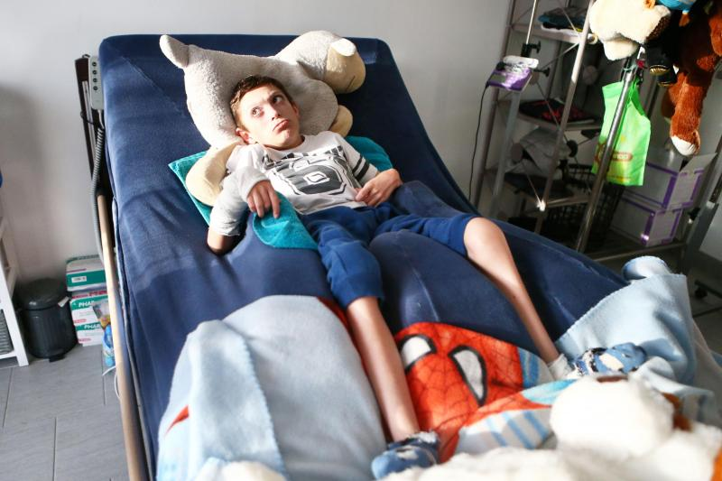 Le garçon installé dans sa nouvelle chambre, chez lui, dans une coquille adaptée à son handicap. PHOTO ÉLISE CHIARI