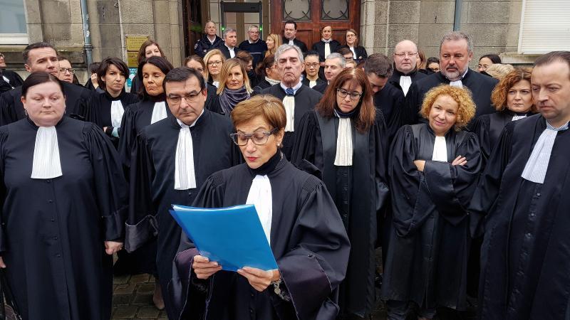 A 10 heures, l'audience a été suspendue et les avocats du barreau de Valenciennes (Nord) ont convergé vers le tribunal d'instance pour écouter la motion votée contre le projet de réorganisation de carte judiciaire. Martine Trussant, nouvelle bâtonnière.
