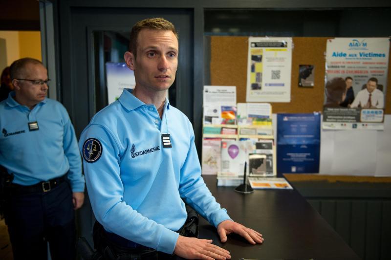 A l'accueil de la brigade de gendarmerie de Merville, l'agent d'accueil dispose d'une fiche-réflexe pour les femmes victimes de violences, explique le capitaine Vianney Vanagt. LA VOIX DU NORD / PASCAL BONNIERE