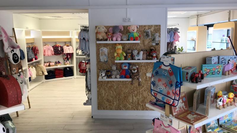 ef37fed1fa0d8 Des vêtements pour bébés et enfants sont en vente.
