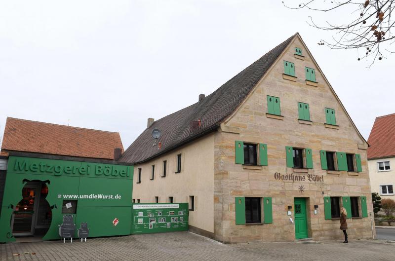 Dans une maison de pierre au toit pentu et aux volets verts, l'établissement propose sept chambres et deux espaces de conférence pour les amoureux de la saucisse et les touristes en quête de couleur locale. PHOTO AFP