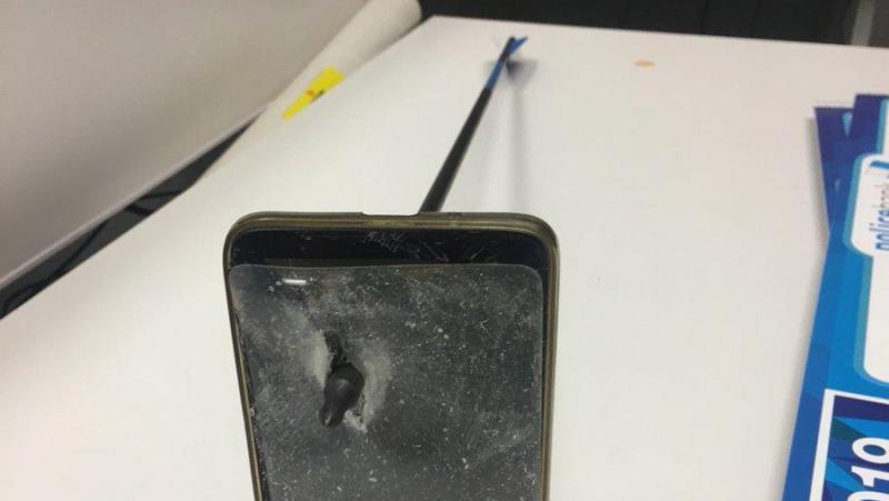 Il stoppe une flèche qui le visait grâce à son téléphone