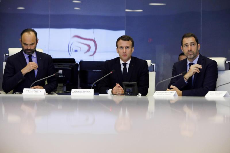 Emmanuel Macron entouré d'Édouard Philippe et de Christophe Castaner lors d'un point de situation à la cellule de crise du ministère de l'Intérieur