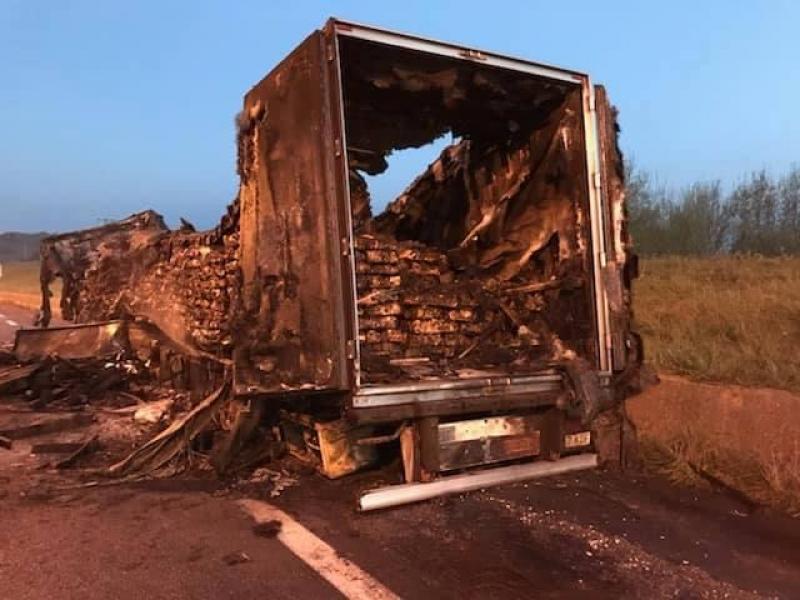 El remolque del camión está completamente destruido.