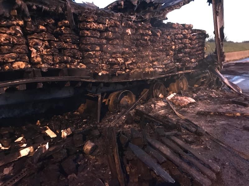 Lleno de carne congelada en el momento del incendio, el camión debe vaciarse de su carga antes de que pueda repararse.