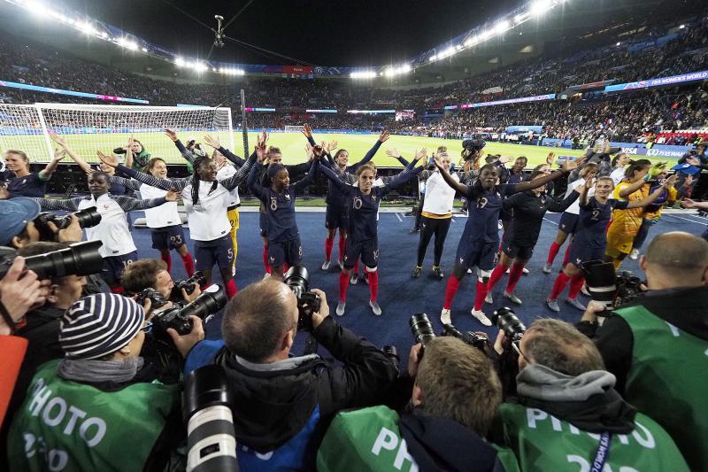 Après le match, les Bleues lancent le clapping devant la tribune Auteuil, où sont massés les groupes les plus actifs de fans français. PHOTO CHRISTOPHE LEFEBVRE