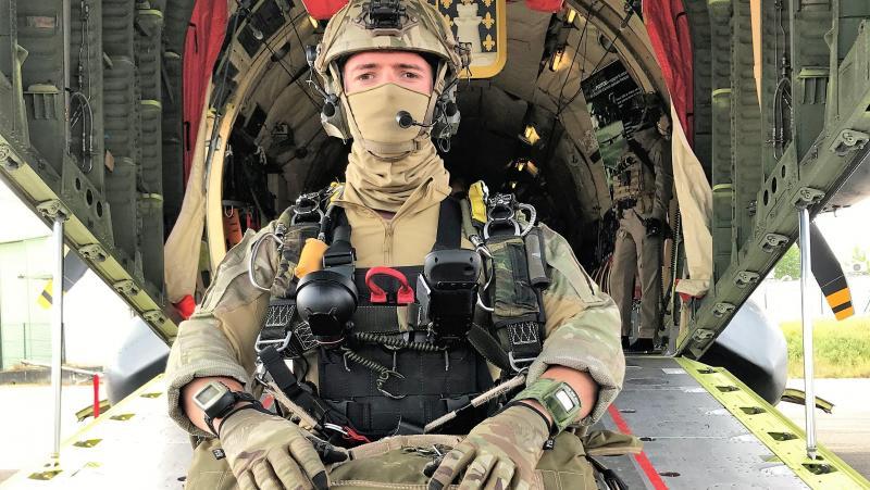Un chuteur FL120 (12 000 pieds, soit 3 600 m) du CPA10, commando parachutiste de l'armée de l'air n°10. PHOTO « LA VOIX »