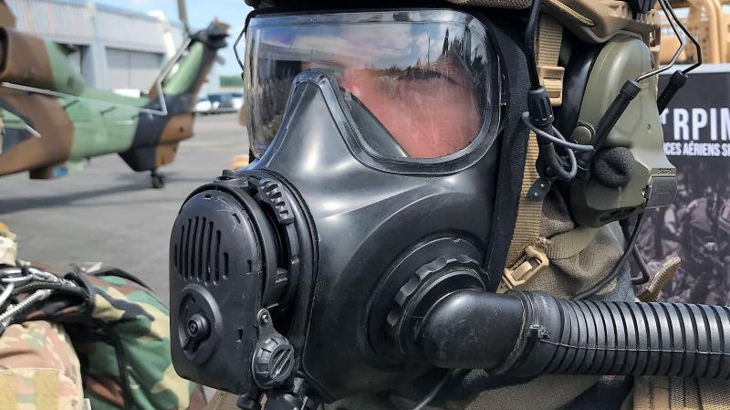 Un opérateur du 1 er RPIMa avec un masque NRBC (nucléaire, radiologique, biologique, chimique). PHOTO « LA VOIX »