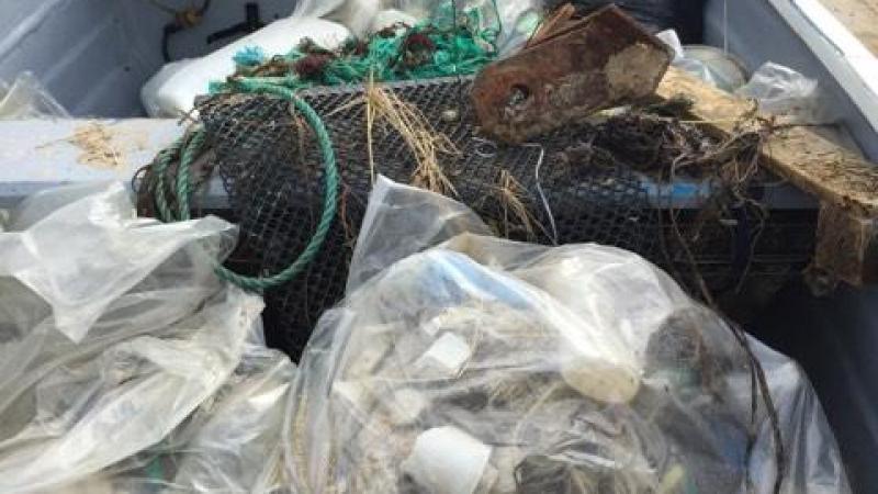 En plus de la paraffine, les bénévoles expliquent avoir ramassé des centaines de kilos de déchets en tout genre.