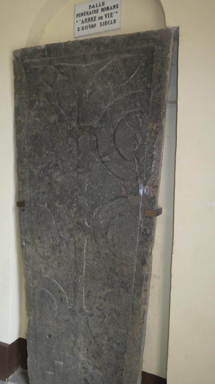 Sceller Traverse De Chemin De Fer un ancien sarcophage à l'entrée de l'église de montay
