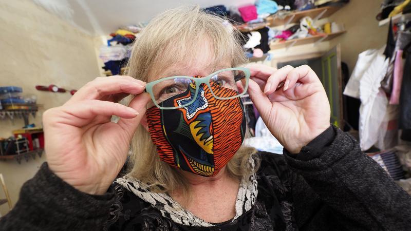 Dans son atelier Au fil Dolo, à Paillencourt, la couturière Dolores Tanchon s'est réalise à présent des masques de protection contre le coronavirus. Photo C. LEFEBVRE. La Voix du Nord