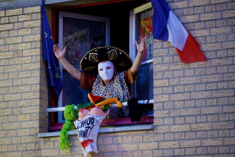 Des carnavaleux ont marqué le coup en se réveillant aux aurores et en se présentant aux balcons ou sur le pas de la porte, dès l'air du Reuze diffusé. PHOTO JOHAN BEN AZZOUZ