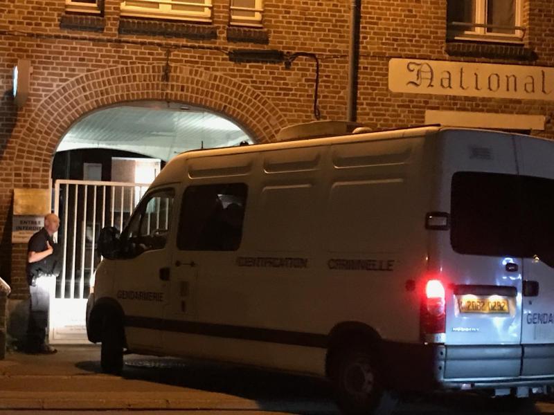 Un véhicule d'identification criminelle est entré dans la caserne.
