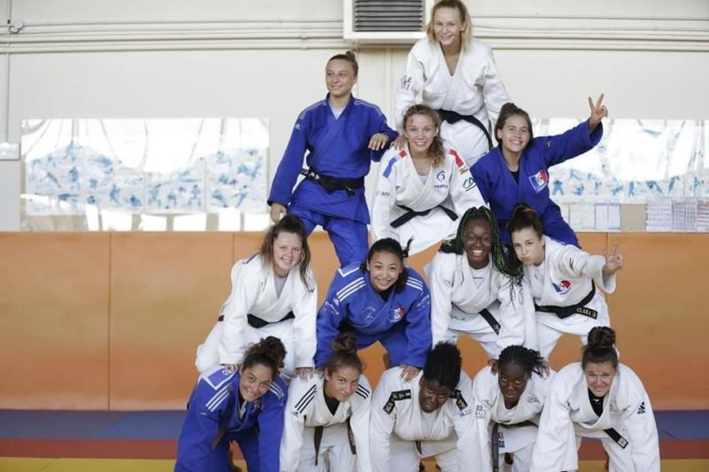 Clara, au deuxième étage de la pyramide à droite, avec le groupe France.