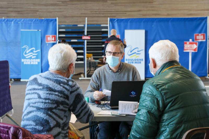 Des médecins volontaires questionnent les candidats à la vaccination avant l'injection. Ils s'assurent qu'ils puissent recevoir sans risque l'injection. Photo Thierry Thorel
