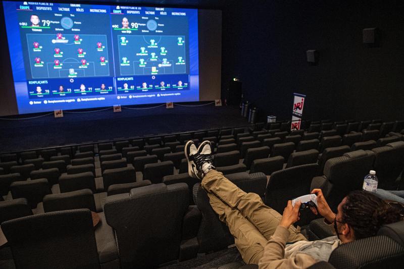 Privatiser une salle de cinéma pour jouer entre amis avec sa propre console: c'est désormais possible, au Kinepolis de Lomme. Exemple ici avec le chanteur de rap Hatik, pour NRJ.
