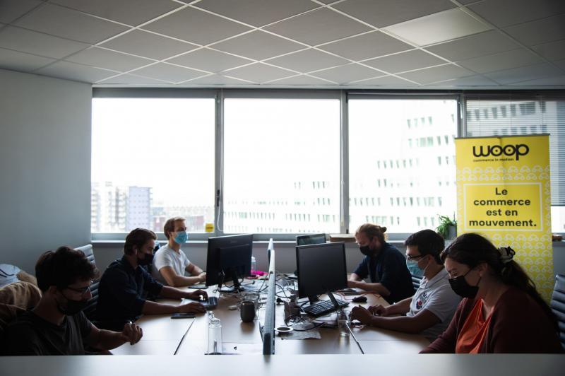 Los empleados trabajan en espacios abiertos en las instalaciones de Woop, una empresa que contrata a 200 personas.  FOTO JULIE SEBADELHA / LA VOZ DEL NORTE