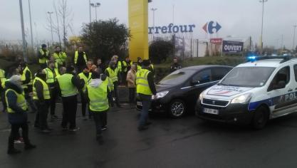 Une cinquantaine de Gilets jaunes organise un barrage filtrant au  rond-point de Carrefour Liévin cfa92d31cff