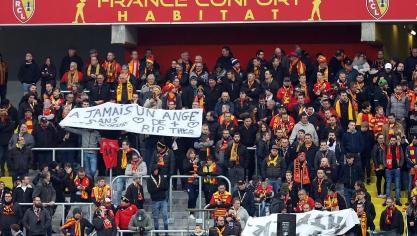 Les supporters ont déployé une banderole en hommage à Théo. Pendant  quelques secondes, tout f1adb005beb