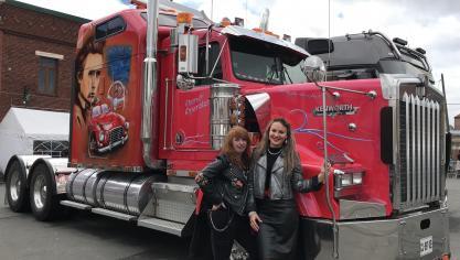 detailed look 06386 77100 Des camions décorés faisaient partie de la manifestation et ouvraient la  porte de leur habitacle aux